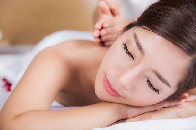Garota feliz relaxando em salão de spa
