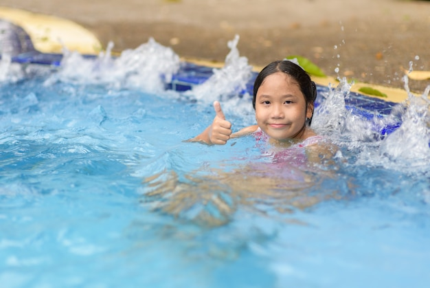Garota feliz relaxante desfrutando de banheira de hidromassagem
