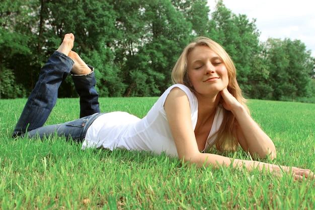 Garota feliz relaxante em um parque