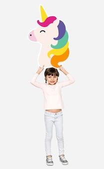 Garota feliz, segurando um ícone de unicórnio