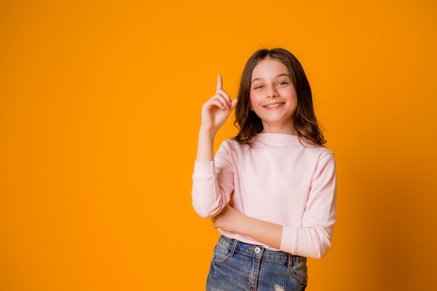 Garota feliz sorrindo com um dedo levantado