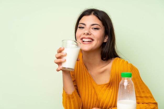 Garota feliz tomando café da manhã leite