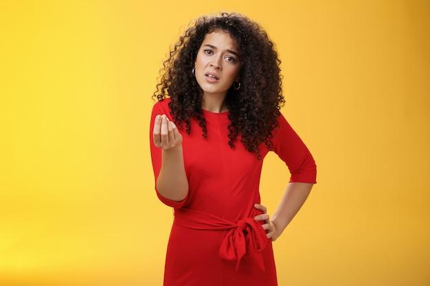 Garota ficando irritada discutindo anúncio reclamando fazendo italiano o que você quer gesto parecendo incomodado ...