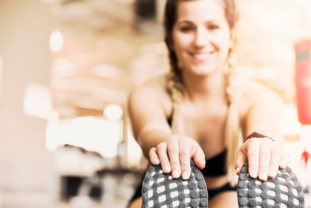 Garota fitness alongamento