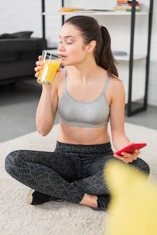 Garota fitness bebendo suco