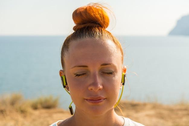 Garota fitness com fones de ouvido sem fio