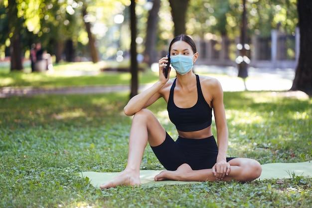 Garota fitness com um smartphone na natureza gosta de treinamento esportivo Foto gratuita