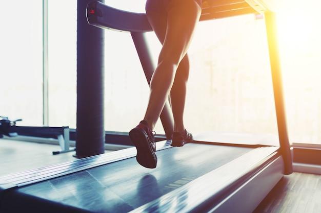 Garota fitness correndo na esteira