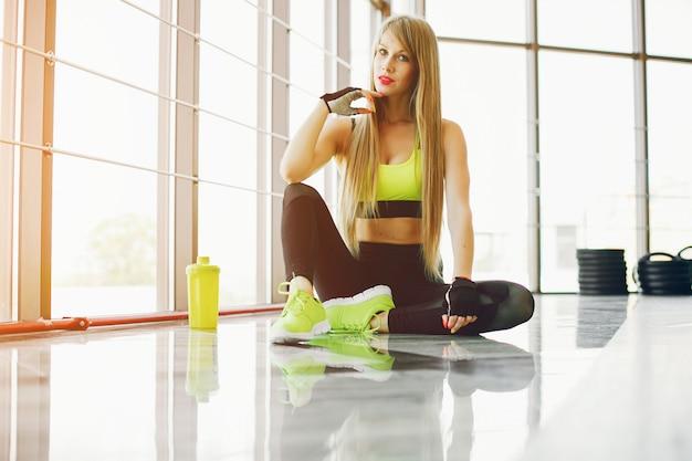 Garota fitness em um ginásio