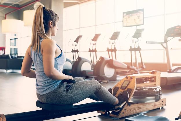 Garota fitness fazendo exercício