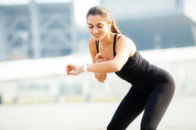 Garota fitness. jovem mulher fazendo exercícios no parque.