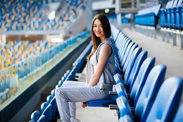 Garota fitness no estádio