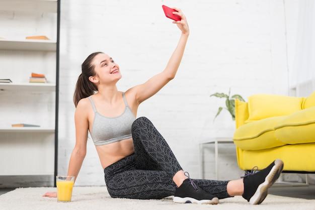 Garota fitness tomando uma selfie