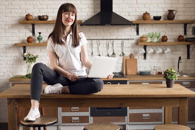 Garota freelancer feliz trabalhando em casa