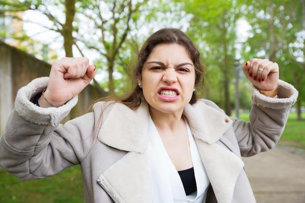 Garota frustrada com raiva aprendendo más notícias