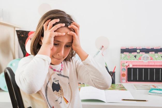 Garota frustrada fazendo lição de casa