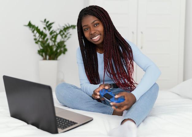 Garota full shot jogando videogame