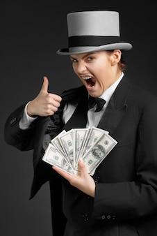 Garota gangster mantém dinheiro nas mãos