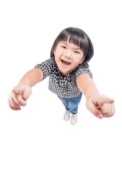 Garota garoto feliz apontando para longe