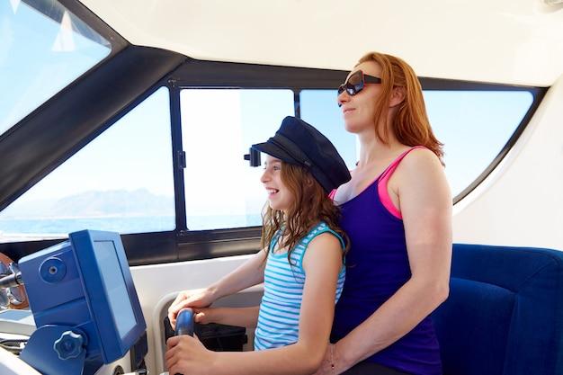 Garota garoto fingindo ser um marinheiro com a mãe dela