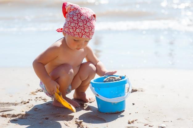 Garota garoto jogar em uma praia.