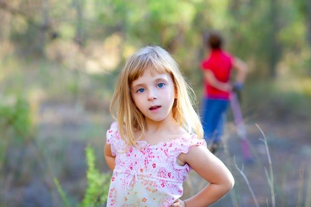 Garota garoto loiro em forest park