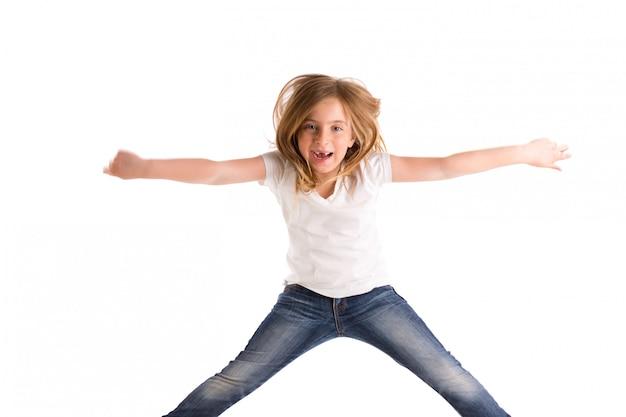 Garota garoto loiro recuado pulando alto vento no cabelo