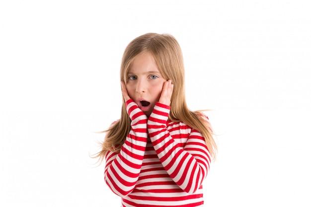 Garota garoto loiro triste surpreendeu a expressão do gesto