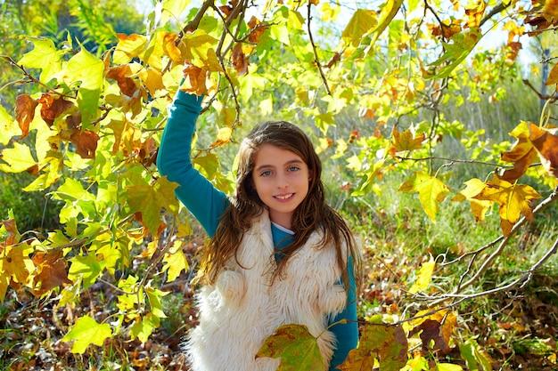 Garota garoto outono relaxado na floresta de outono