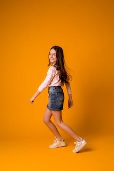 Garota garoto pulando dançando garota feliz