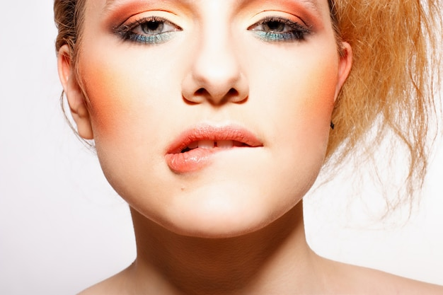 Garota glamour com maquiagem brilhante