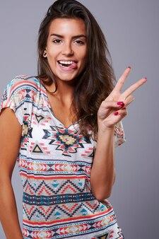 Garota glamourosa com expressão facial fofa