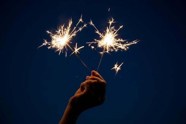 Garota gosta de brincar com um pequeno fogos de artifício de mão diamante