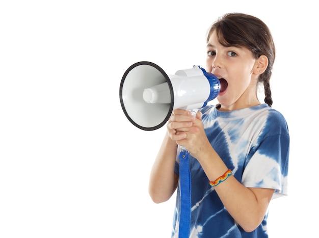 Garota gritando através de megafone sobre fundo branco