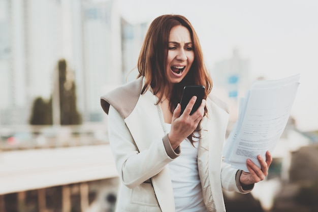 Garota gritando enquanto fala no celular