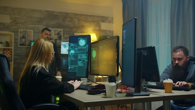 Garota hacker procurada e sua equipe roubando banco de dados do governo.