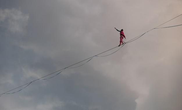 Garota highliner no fundo das nuvens