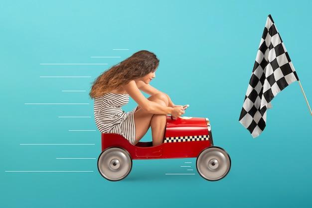 Garota imprudente está dirigindo muito rápido o carro