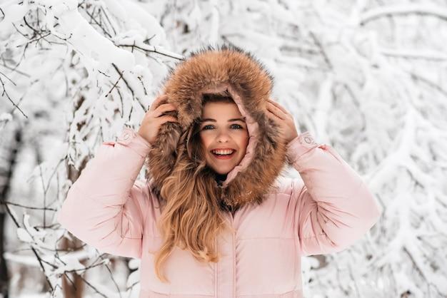 Garota incrível em uma floresta de neve de inverno
