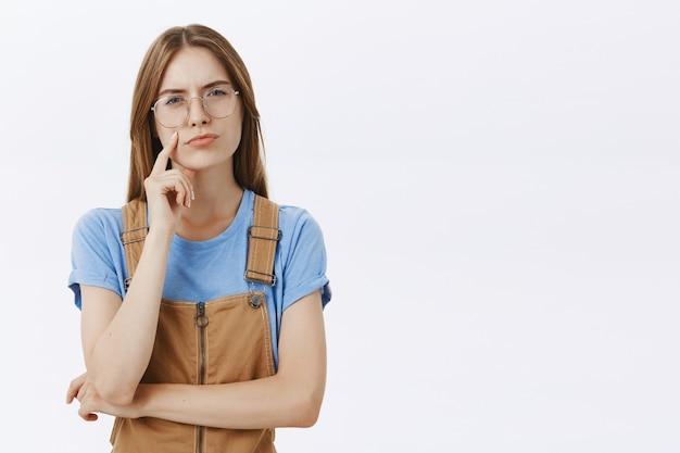 Garota indecisa e pensativa ponderando, tomando decisões