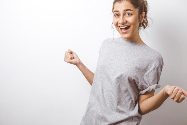 Garota indiana emocionalmente feliz, expressando surpresa.