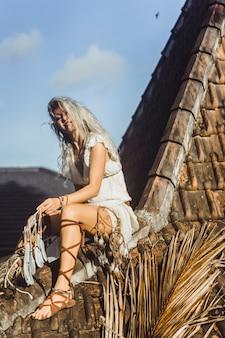 Garota indiana no telhado. apanhadores de sonhos linda loira com coletores de sonho.