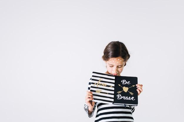 Garota indisposta com cadernos