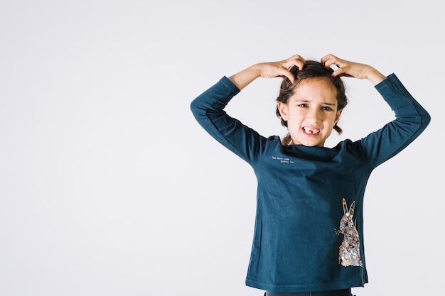 Garota irritada arrancando os cabelos