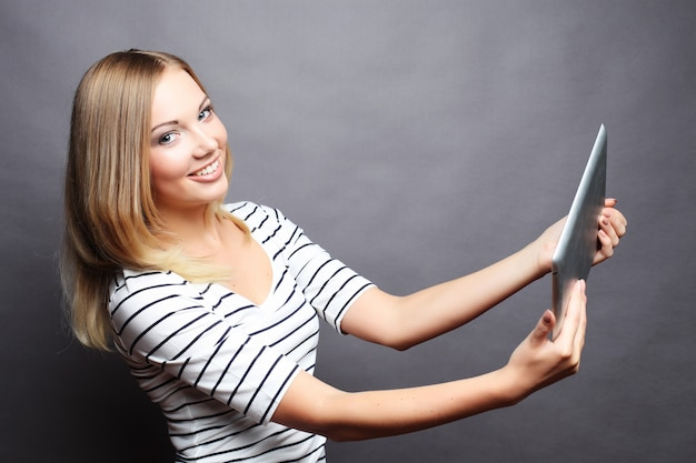 Garota jovem adolescente tomando selfie com tablet digital
