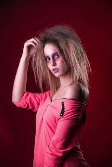 Garota jovem e atraente com cabelo despenteado