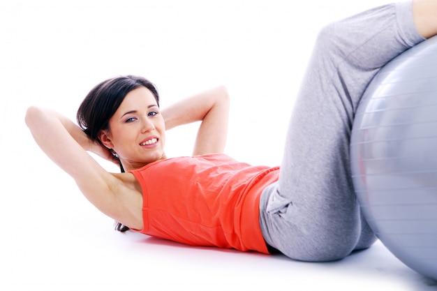 Garota jovem e bonita, fazendo exercícios de ioga