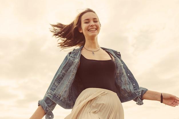 Garota jovem e bonita se divertir ao ar livre