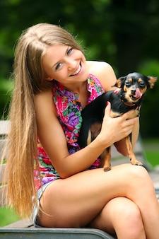 Garota jovem e feliz com seu cachorro fofo