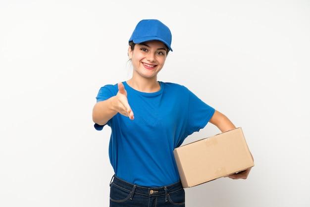 Garota jovem entrega sobre aperto de mão isolado depois de bom negócio